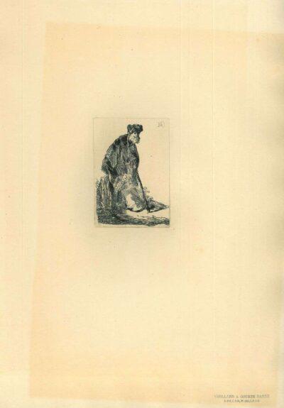 Staande man met een lange mantel en bontmuts, leunend tegen een heuveltje